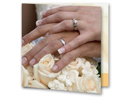 Hochzeitseinladung Zwei Hande Mit Ringen Auf Blumen