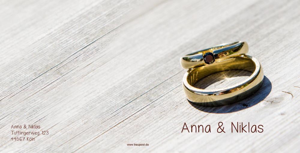 Hochzeitskarte Mit Goldenen Ringen Auf Holzbrett